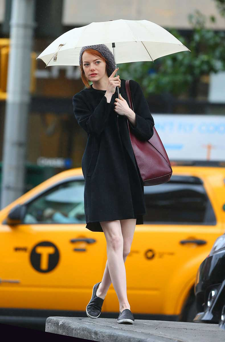 emma-stone-in-new-york-city-out-in-the-rain-october-2014_1