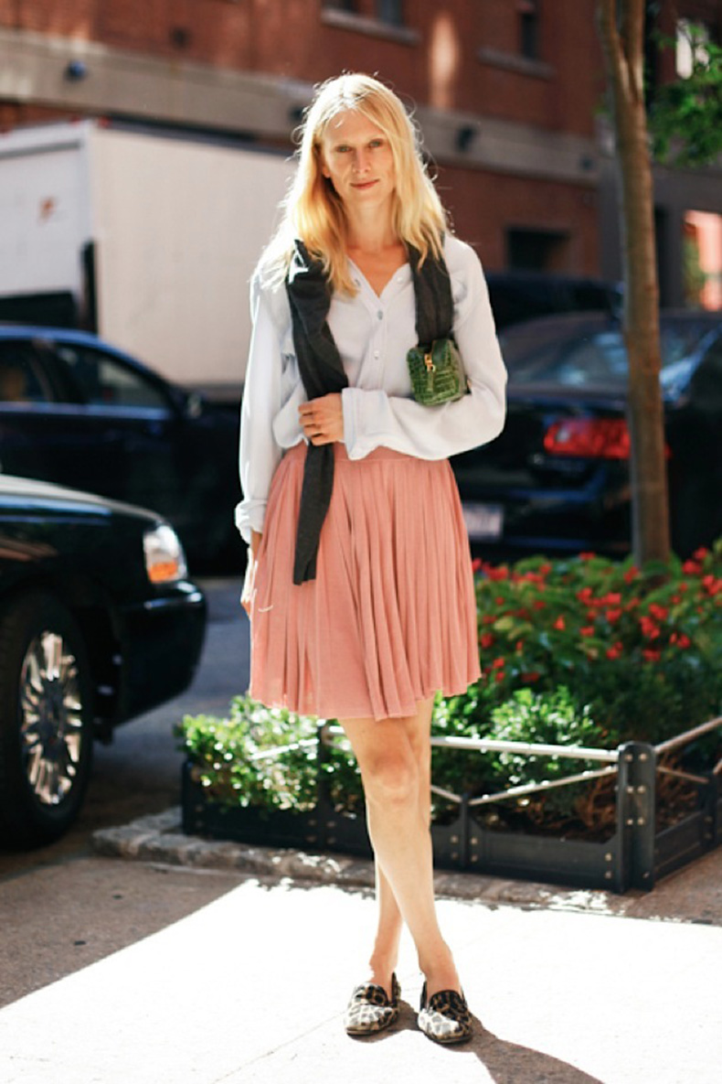 ALL-THE-PRETTY-BIRDS-TAMU-MCPHERSON-PREPPY-LEOPARD-SLIPPERS-FLATS-LOAFERS-BUTTON-UP-PLEATED-KNEE-SKIRT-SWEATER-OVER-THE-SHOULDER-GREEN-CROC-CLUTCH