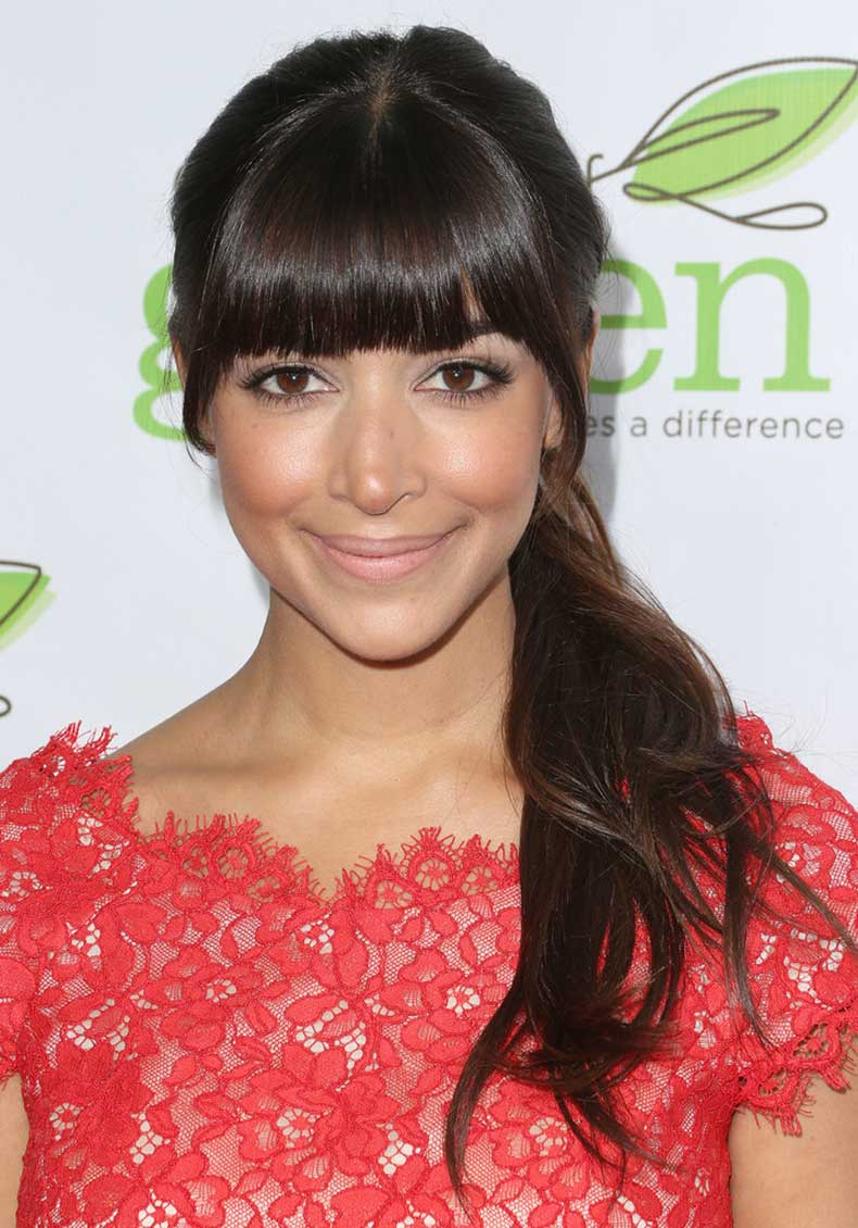 Hannah-Simone-separated-her-blunt-bangs-out-before-securing-her-hair