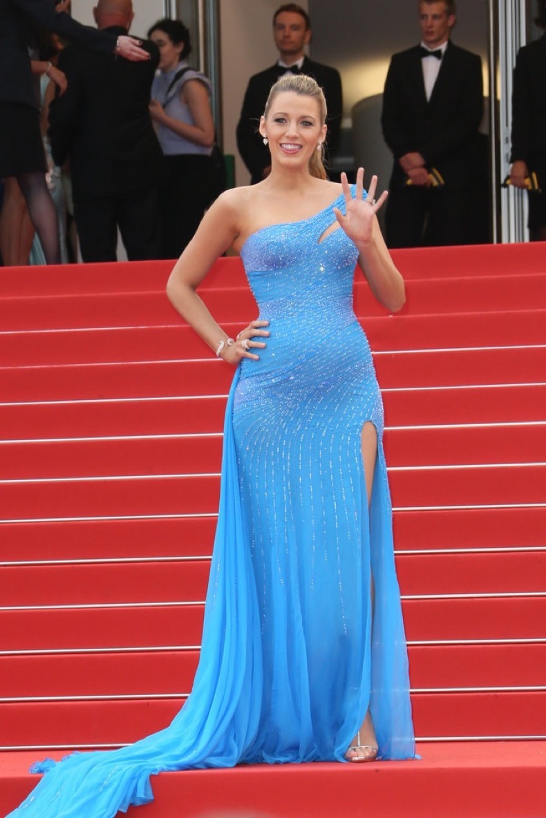 Blake-Lively-showed-off-her-bump-BFG-premiere-tight-blue
