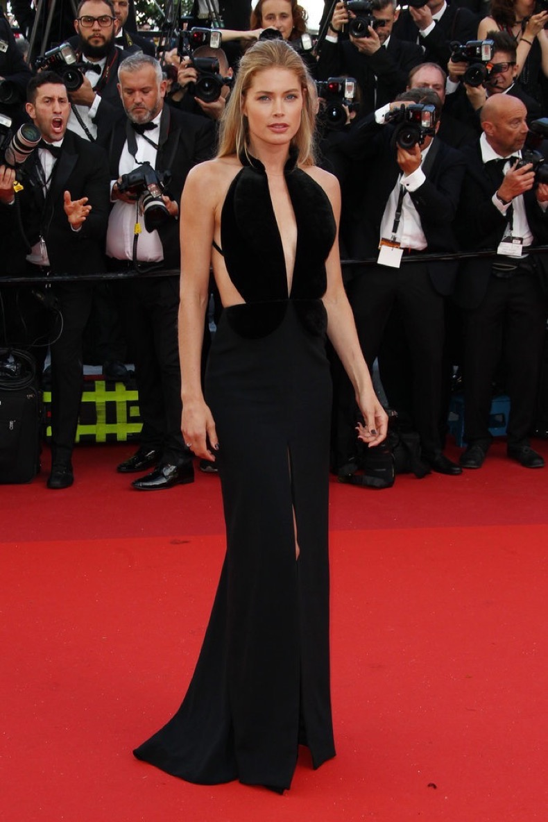 Doutzen-Kroes-showed-off-black-gown-plunging-neckline