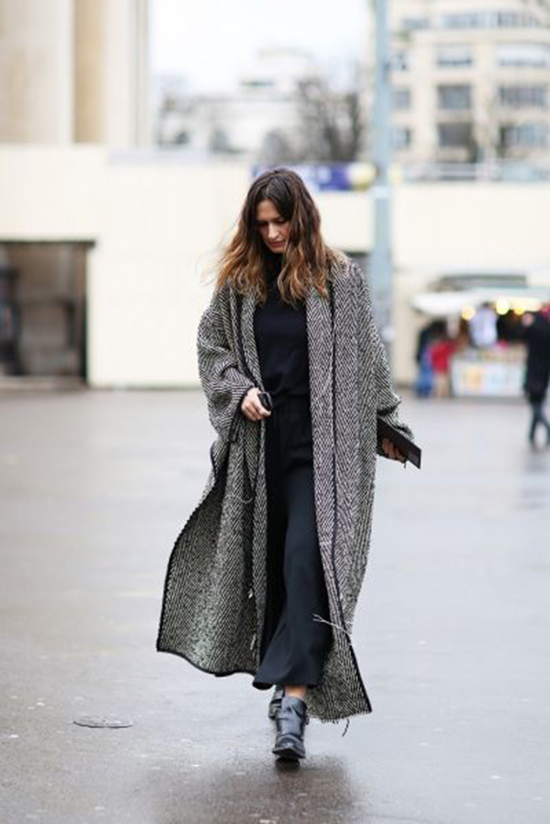 how-to-wear-a-maxi-dress-in-winter-maxi-dresses-navy-coat-blanket-coat-refinery-20