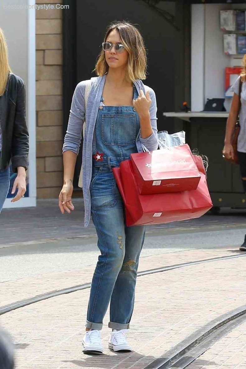 jessica-alba-shopping-at-american-girl-style-2015-0