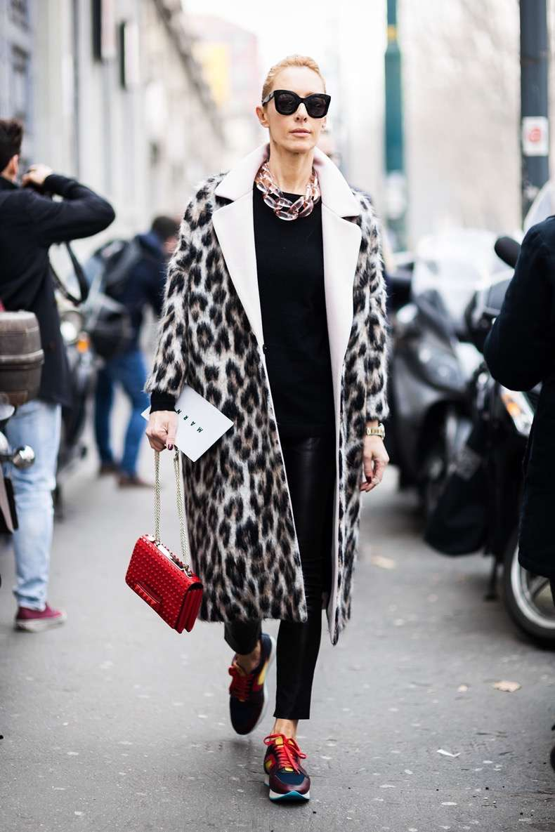 1.-transparent-chain-necklace-with-leopard-print-coat-and-colorful-sneakers