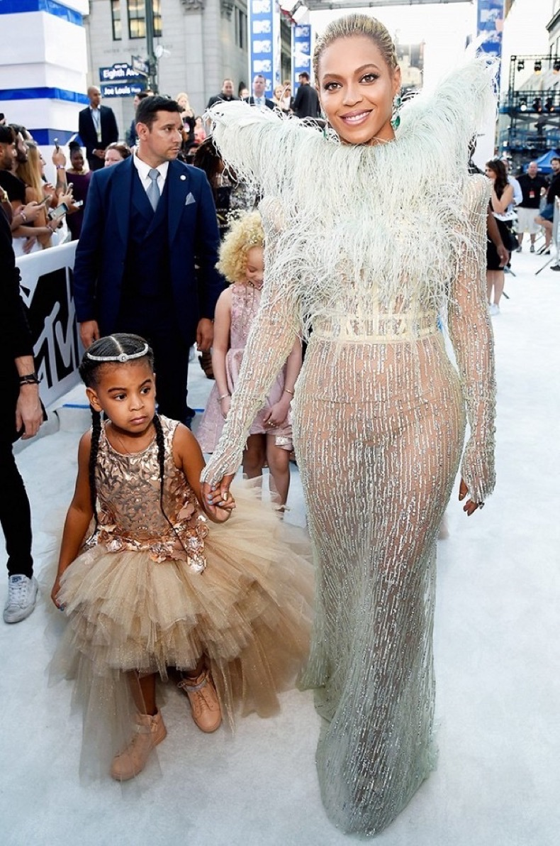 all-the-showstopping-vma-looks-you-need-to-see-1884773-1472427087.640x0c